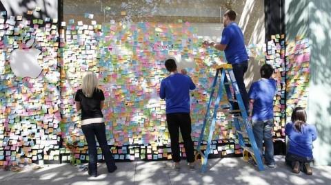 Trabajadores pegan papeles en las puertas de Apple por homenaje A Steve Jobs