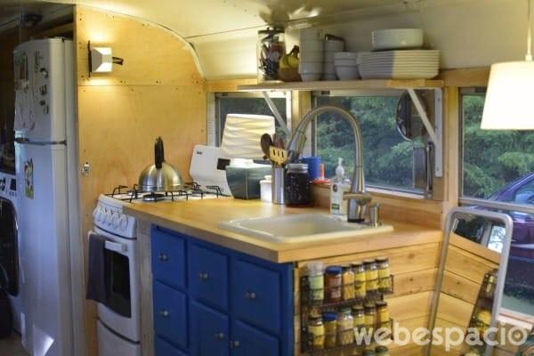 la-cocina-del-autobus-esta-totalmente-equipada