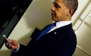 Obama con un teléfono móvil