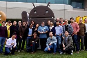 Steve Wozniak posando junto al equipo de Google