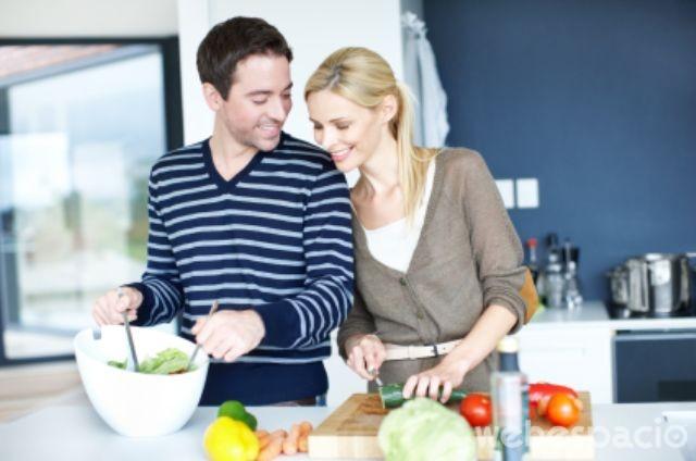 pareja-aprendiendo-a-cocinar