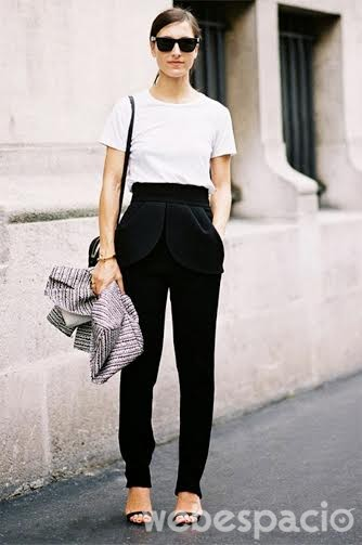 1. ¿Tienes una camiseta blanca? Pues, no se te ocurra usarla de pijama. Úsala con un pantalón de talle alto o a la cintura y mételo debajo de él.