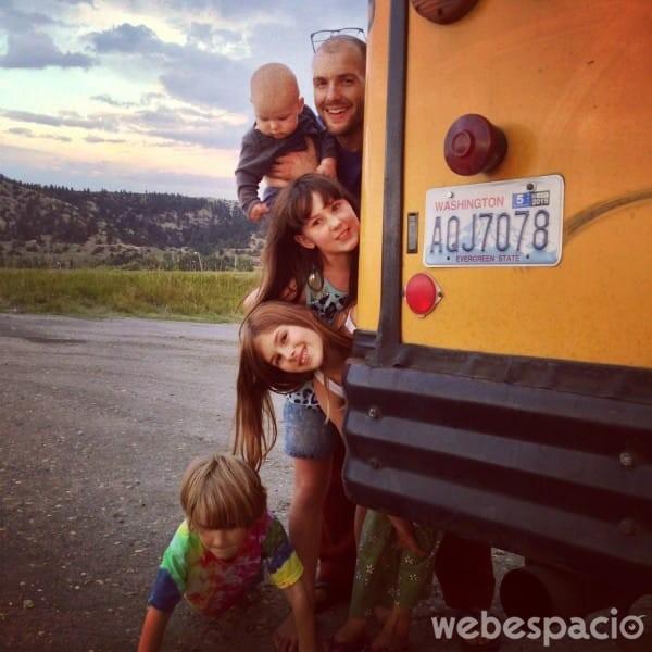 familia-vive-en-autobus-acogedor
