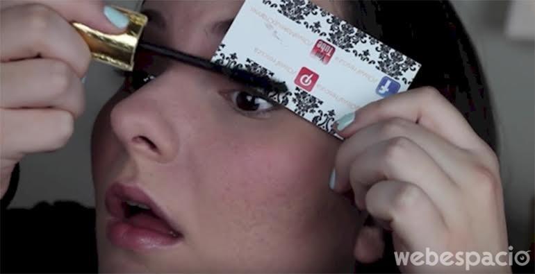 usa una tarjeta personal para-no-mancharte-con-tu-rizado