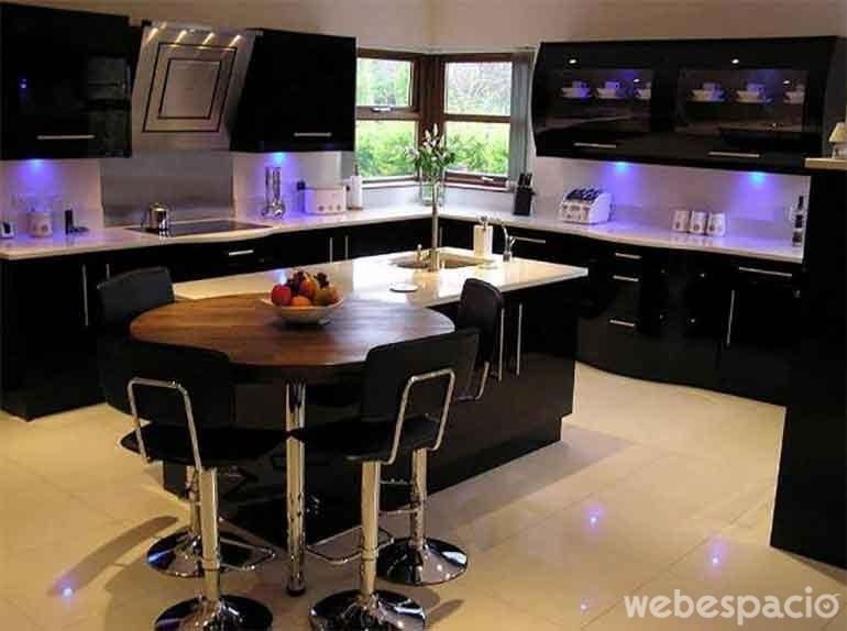 18 cocinas de diferentes colores que desear s tener en tu for Black gloss kitchen ideas