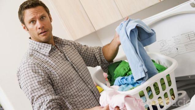 esposo-recogiendo-la-ropa