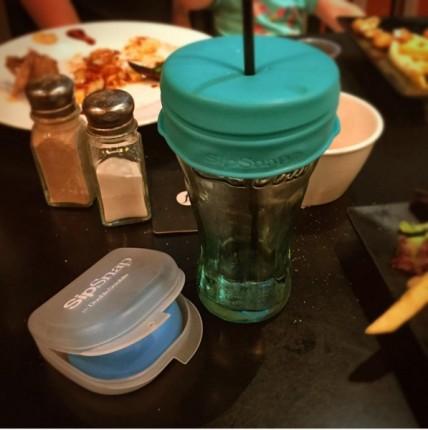 Un vaso con tapa en una mesa de restaurante