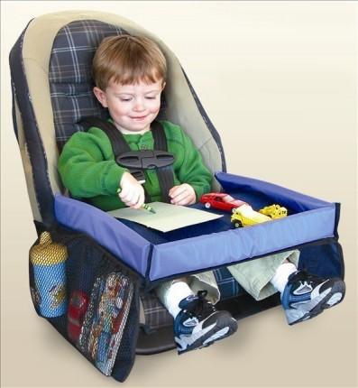 Niño jugando en un asiento de auto para niños