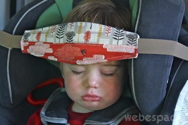 Niño dormido en un asiento de auto
