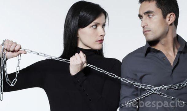 mujer encadenando a un hombre