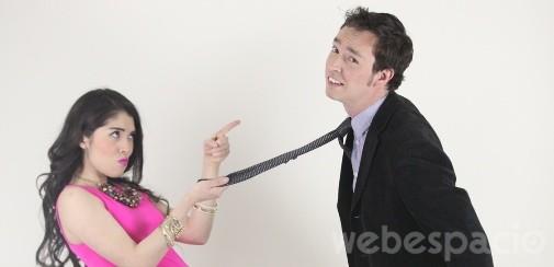 una chica jalando la corbata a su novio