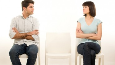 pareja sentada en sillas mirandose