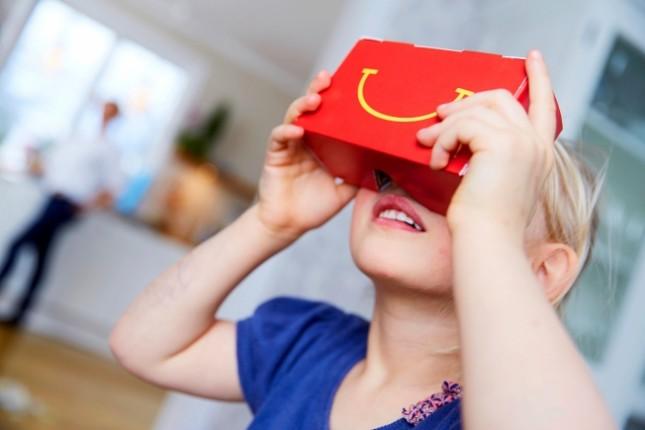 niño rubio con lentes de realdiad virtual de mc donald