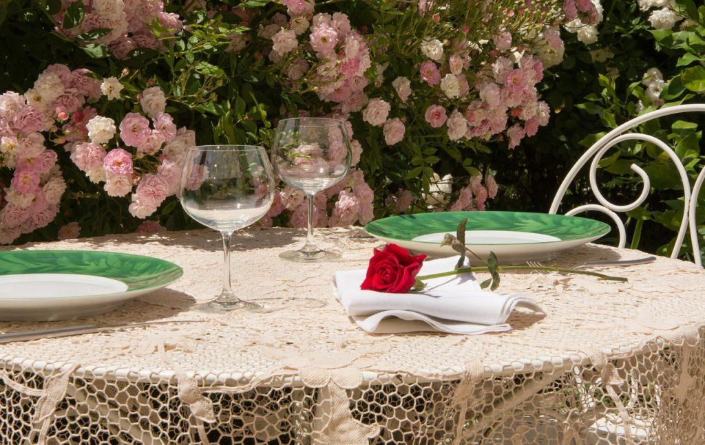 rosa en la cena romántica